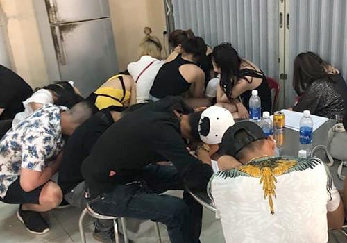 Nhiều dân chơi còn biểu hiện phê ma tuý ở thời điểm cảnh sát kiếm tra bar New Phương Đông. Ảnh: H.N.