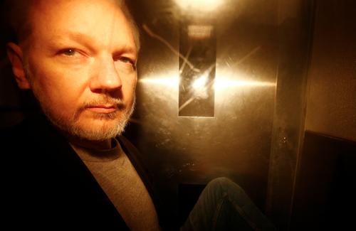 Ông chủ WikiLeaks Julian Assange rời tòa  Southwark Crown ở London, Anh sau khi bị tuyên án hôm 1/5. Ảnh: Reuters.