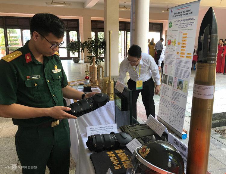 Bộ hỗ trợ chiến đấu chống đạn, chống va đập giới thiệu tới công chúng ngày 17/5. Ảnh: BN.