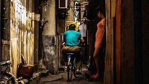 Một gái mại dâm đứng chờ khách ởTrung Quốc. Ảnh: Korea Future Initiative
