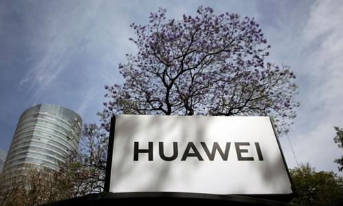Logo Huawei tại một trạm chờ xe buýt ở Mexico hồi tháng hai. Ảnh: Reuters.