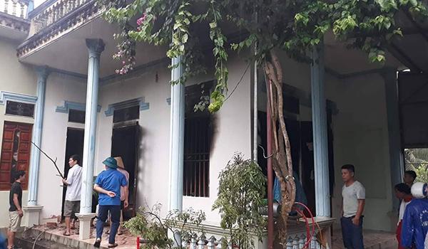 Lúc cơn giông quét qua, gia đình ông Hoà đi vắng, khi hàng xóm thấy khói chạy sang thì lửa đã bén nhiều nơi. Ảnh: Lam Sơn.