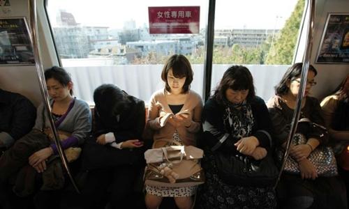 Một toa tàu dành riêng cho phụ nữ ở Nhật Bản. Ảnh: Reuters.