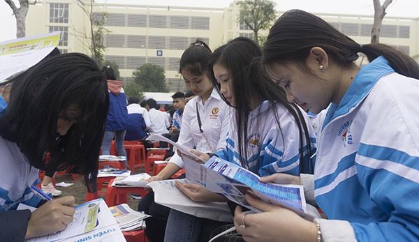 Nữ sinh các trường THPT ở Thanh Hoá tham khảo thông tin tuyển sinh đại học năm 2019. Ảnh: Lê Hoàng.