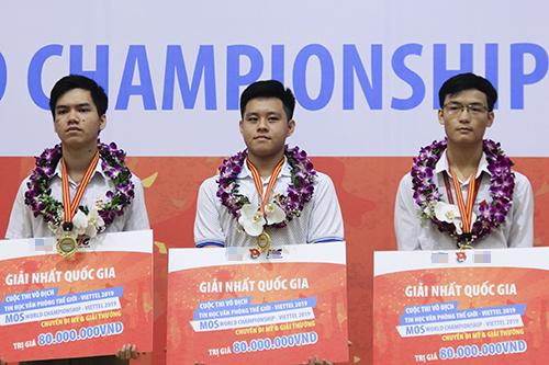 Ba thí sinh giành giải nhất quốc gia gồm Lê Khang Hiếu, Nguyễn Lưu Hoàng Anh và Trần Hoàng Anh (từ trái sang phải). Ảnh: Dương Tâm