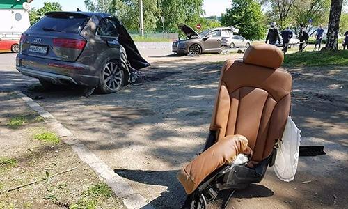 Audi Q7 bị gãy làm đôi ở Nga.