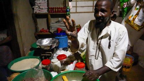 Pandu Matti Salum, chủ một cửa hàng tạp hóa ở làng Kandwe, cho biết nhờ đèn LED sáng bằng năng lượng mặt trời, cửa hàng của ông mở cửa suốt buổi tối, tăng thêm doanh thu và ông đang lên kế hoạch mở rộng cửa hàng, cưới thêm người vợ thứ ba và sinh thêm con. Ảnh: Sam Eaton.
