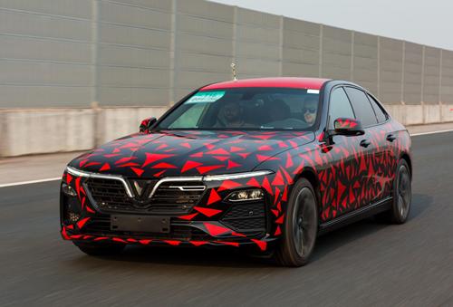 Xe chạy thử của VinFast vớilớp ngụy trang màu đen-đỏ. Ảnh: VinFast
