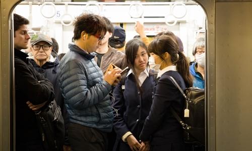 Nữ sinh trên tàu điện ngầm ở Nhật Bản. Ảnh: Aljazeera.