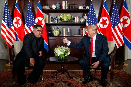 Tổng thống Mỹ Donald Trump (phải) và lãnh đạo Triều Tiên Kim Jong-un tại hội nghị thượng đỉnh đầu tiên ở Singapore tháng 6/2018. Ảnh: AFP.