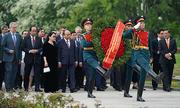 Thủ tướng Nguyễn Xuân Phúc viếng nghĩa trang, thăm chiến hạm Nga