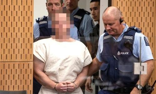 Nghi phạm Brenton Tarrant rong phiên tòa sơ thẩm ở ChristChurch hôm 16/3. Ảnh: AFP.