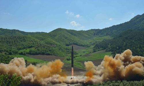 Tên lửa đạn đạo xuyên lục địaHwasong-14 được cho là có thể mang đầu đạn hạt nhâncủa Triều Tiên khai hỏa. Ảnh: KCNA.