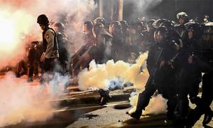 Cảnh sát Indonesia dùng hơi cay giải tán người biểu tình trong đêm