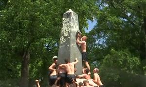 Học viên hải quân Mỹ phối hợp leo, ném mũ lên đỉnh cột mỡ