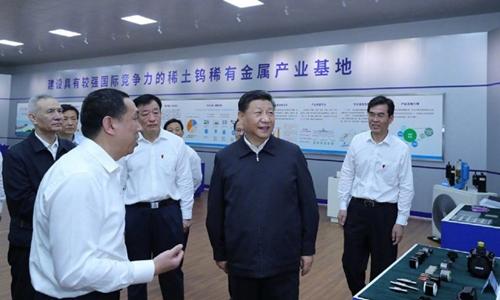 Ông Tập Cận Bình (giữa, áo sẫm màu) thăm doanh nghiệp đất hiếm ở Giang Tây, Trung Quốc ngày 20/5. Ảnh: Xinhua.