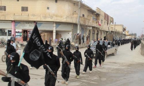 Các tay súng IS tiến vào thành phố Mosul tháng 6/2014. Ảnh: Reuters.