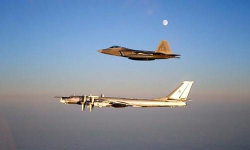 Tiêm kích F-22 Mỹ bám theo chiếc Tu-95 Nga năm 2007. Ảnh: US Air Force.