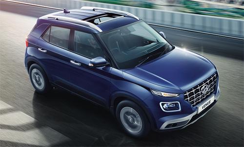 Xe bán ra tại Ấn Độ nên có vô-lăng bên phải. Bản cao cấp có cửa sổ trời chỉnh điện.