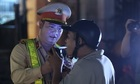Khách quán nhậu bỏ xe khi bị cảnh sát kiểm tra nồng độ cồn