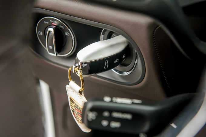 Chìa khoá xoay trên Macan ở phía bên trái bảng táp-lô.