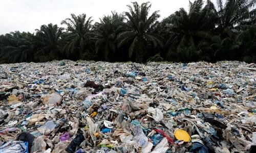 Rác thải nhựa chất đốngbên ngoài một nhà máy tái chế trái phép tại Jenjarom, Kuala Langat, Malaysia hồi tháng 10/2018. Ảnh: Reuters.