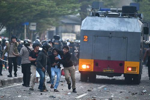 Cảnh sát Indonesia bắt người biểu tình ở thủ đô Jakarta sáng nay. Ảnh: Reuters.