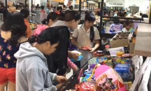 Khách đổ xô mua hàng giảm giá của chuỗi siêu thị Auchan sắp đóng cửa