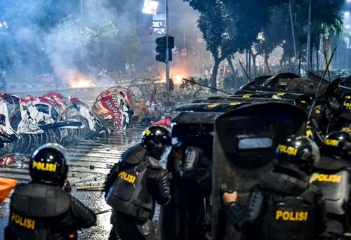 Cảnh sát Indonesia đối phó người biểu tình ở thủ đô Jakarta đêm 22/5. Ảnh: AFP.