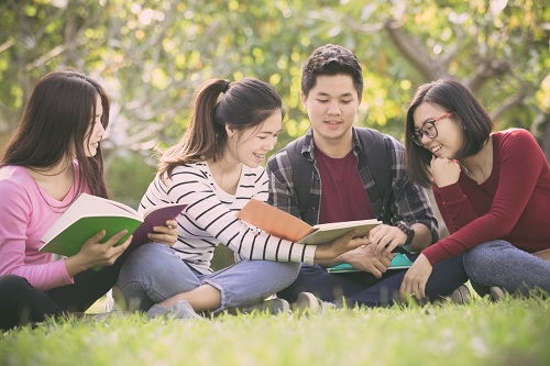 Đạt chứng chỉ B1 Preliminary, học sinh có thểtham gia vào cuộc hội thoại thực với bạn bè.