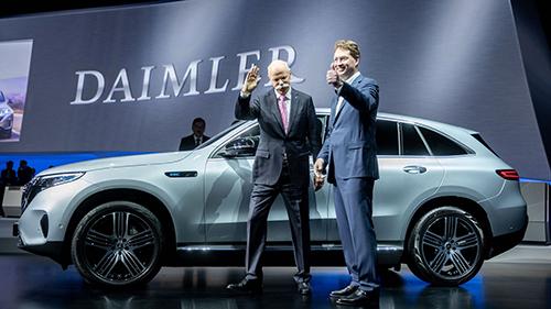 Cựu CEO Dieter Zetsche (trái) và người thay thế vị trí của ông, Ola Källenius. Ảnh: