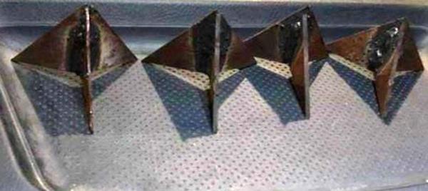 Nhà chức trách thu giữ nhiều chiếc đinh mới với hình dạng tương tự nhau. Ảnh: Lam Sơn.
