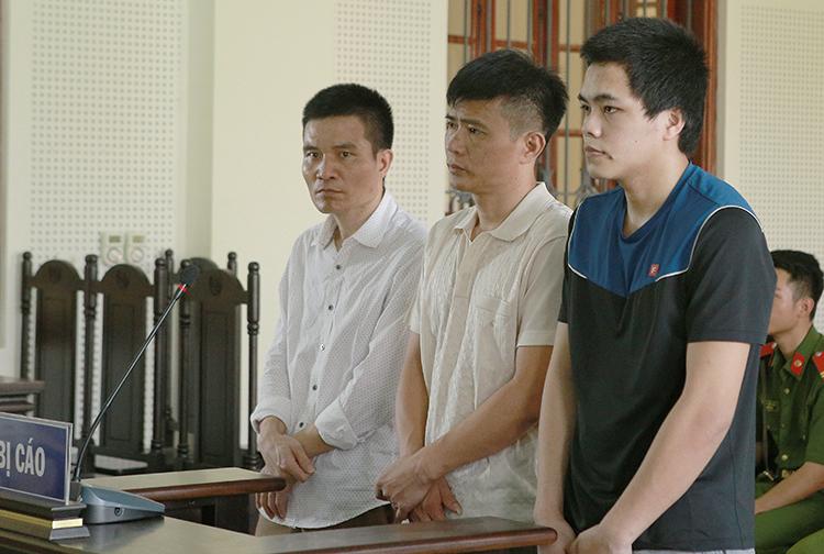Quang Văn Là (áo đen, ngoài cùng bên phải) cùng Công và Nam tại tòa. Ảnh: Nguyễn Hải.