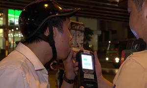Cảnh sát Hà Nội dùng bộ đàm báo tin tài xế uống rượu bia lái xe