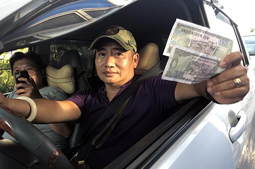 Một tài xế đòi trả 2.000 đồng cho 300 m đường khi qua trạm T2. Ảnh: Cửu Long