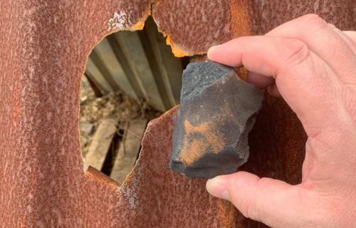 Mảnh thiên thạch rơi trúng chuồng chó ở Costa Rica. Ảnh: Michael Farmer.