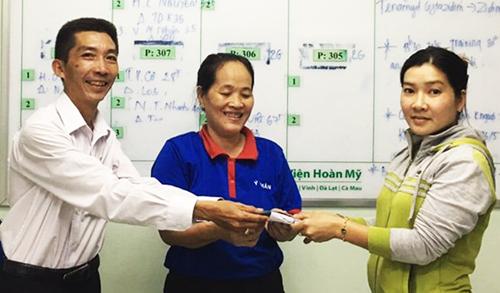 Chị Đoan (đứng giữa) - trao trả tiền lại cho người nhà bệnh nhân đánh rơi. Ảnh: Giang Tân.