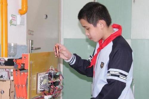 Lu Jiezhen giành giải nhất cuộc thi khoa học nhờ sáng chế giàn phơi tự động. Ảnh: CNS TV