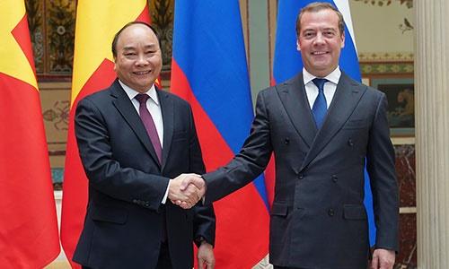 Thủ tướng Nguyễn Xuân Phúc bắt tay Thủ tướng Nga Dmitry Medvedev trước cuộc hội đàm ngày 22/5. Ảnh: VGP.