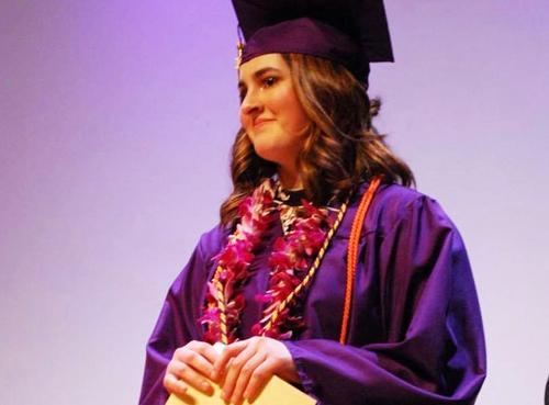 Trường trung học Puyallup (Mỹ) tổ chức lễ tốt nghiệp sớm cho Hanna, học sinh cuối cấp bị chẩn đoán mắc bệnh ung thư. Ảnh: Kelly Safley
