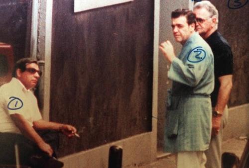 Vincent Gigante (thứ hai từ trái sang) mặc áo choàng tắm tại Greenwich Village vào thập niên 1980. Ảnh: FBI.