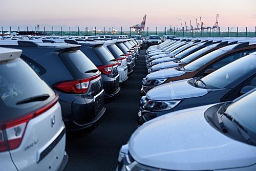 Những mẫu xe gầm cao của Honda, Toyota tập kết tại cảng Yokohama, Nhật Bản trước khi xuất khẩu. Ảnh: Bloomberg