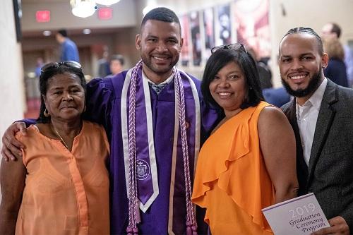Baez cùng gia đình trong lễ tốt nghiệp hôm thứ hai. Ảnh: NYU