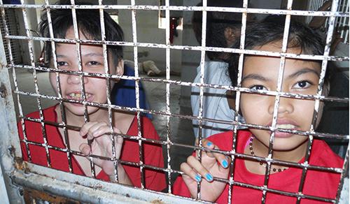 Hai bé gái bị giam trong Ngôi nhà Hy vọng. Ảnh: Preda