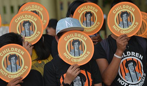Các nhà hoạt động biểu tình phản đối việcgiảm tuổi chịu trách nhiệm hình sự của trẻ em tạiPhilippines. Photo: Ted Aljibe/AFP
