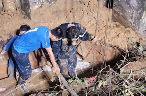 Hơn 20h, lực lượng cứu hộ đang đưa đất từ đáy giếng lên. Ảnh: Hải Bình.