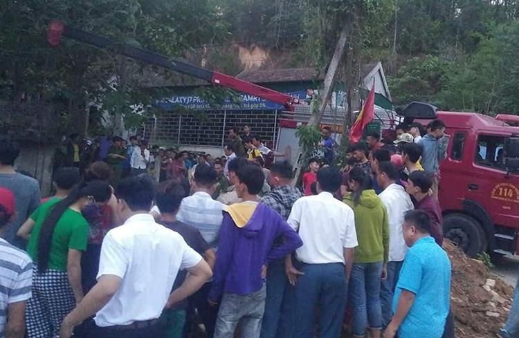 Lực lượng cứu hộ và người dân tại hiện trường. Ảnh: CTV.