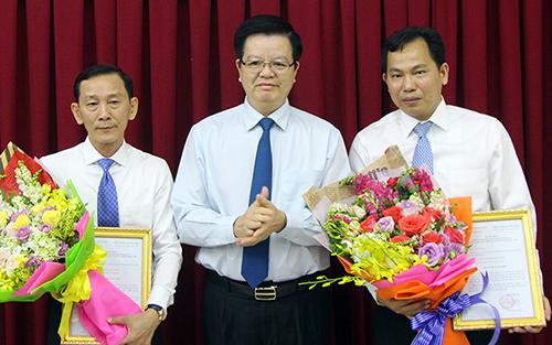 Phó ban tổ chức Trung ương Mai Văn Chính trao quyết định cho ông Mạnh (bên phải) và ông Thống. Ảnh: Cửu Long