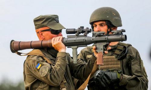 Lính Ukraine làm quen với súng chống tăng PSRL-1 do Mỹ sản xuất. Ảnh: AFP.