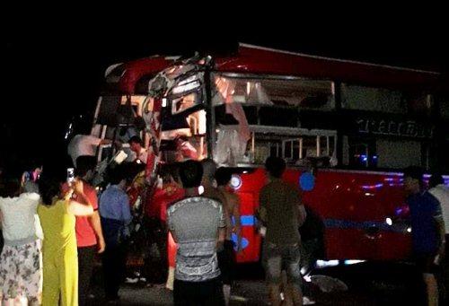 Nhiều người dân đến nơi ôtô gặp nạn ở Gia Lai để giúp hành khách. Ảnh: Trần Hóa.